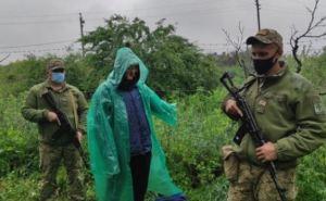 Надел дождевик, взял три иконы и направился в Россию