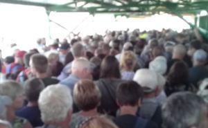 На КПВВ «Станица Луганская» с утра огромная очередь. Украинские пограничники требуют устанавливать «ДІЮ»