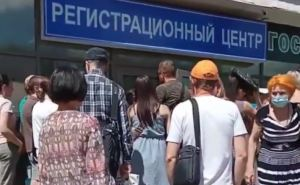 Чтобы зарегистрировать недвижимость в Луганске нужно отстоять огромную очередь. А очередь расписана на год вперед. ВИДЕО