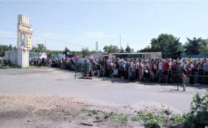 На КПВВ «Станица Луганская» огромная очередь в сторону Луганска. Люди стоят по 4 часа на солнцепеке