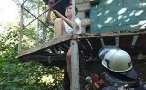 Ногу луганского подростка, застрявшую между прутьями железной лестницы освобождали с помощью ножниц