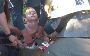 Луганский характер. Семилетний мальчик от жары залез в алюминиевый бидон с водой. Вытаскивали его оттуда спасатели МЧС. ФОТО