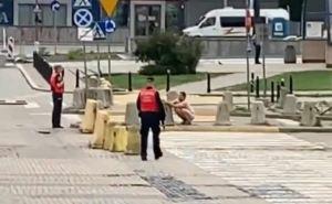 В шесть часов утра голый мужик бегал на центральном перекрестке, а потом еще и справил нужду