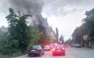Под Луганском пожар в многоэтажном доме, людей пытаются эвакуировать с балкона.ФОТО