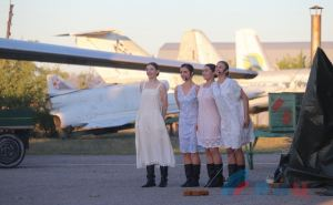 Луганский украинский драмтеатр открыл сезон уникальным ландшафтным спектаклем под открытым небом на аэродроме ВВВАУШ. ФОТО