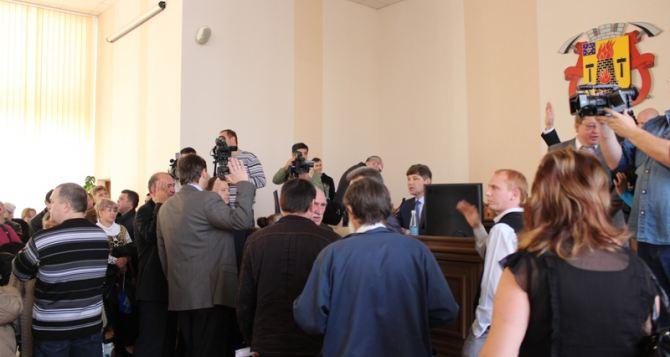 Активистами, которые сорвали сессию Луганского горсовета, занялась прокуратура