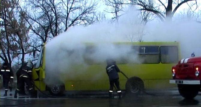 В Луганске загорелась маршрутка с пассажирами (фото)