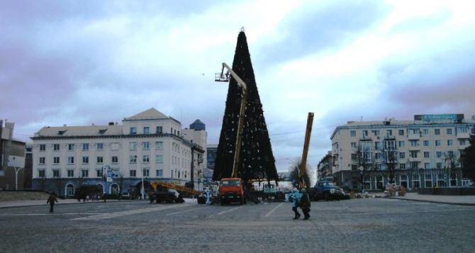 Начался демонтаж главной новогодней елки Луганска (фото)
