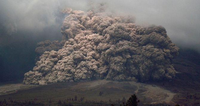 Из-за извержения вулкана в Индонезии эвакуировали 26 тыс. человек