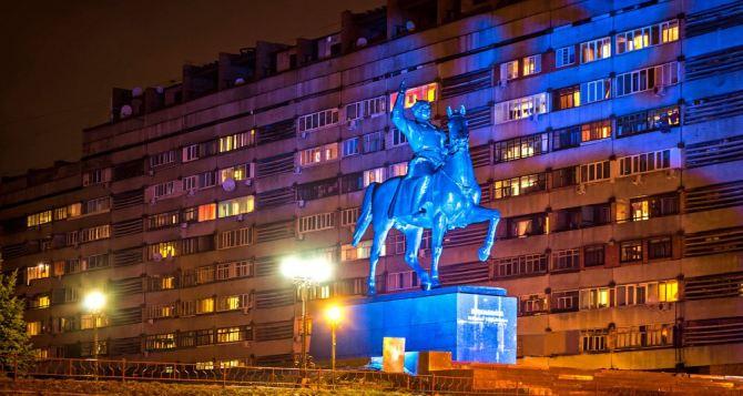 Памятник Ворошилову в Луганске будет светиться