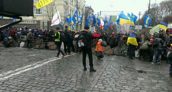 На ул. Грушевского восстанавливают баррикады