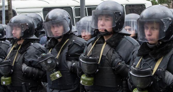 На ул. Грушевского затишье: протестующие общаются с силовиками и предлагают им бутерброды