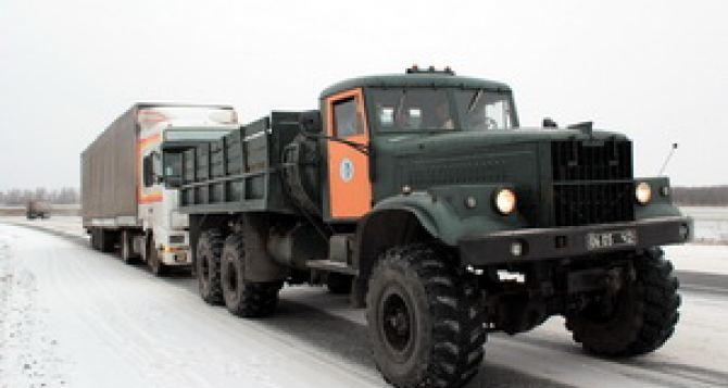 Луганские спасатели помогли водителю, чей грузовик застрял на объездной дороге (видео)