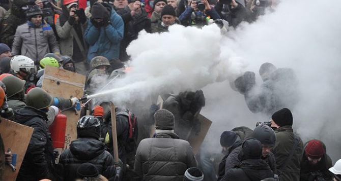 Милиция показала, как митингующие готовят коктейли Молотова (видео)