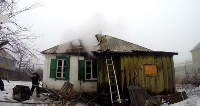 В Красном Луче случайная прохожая спасла женщину во время пожара (фото)