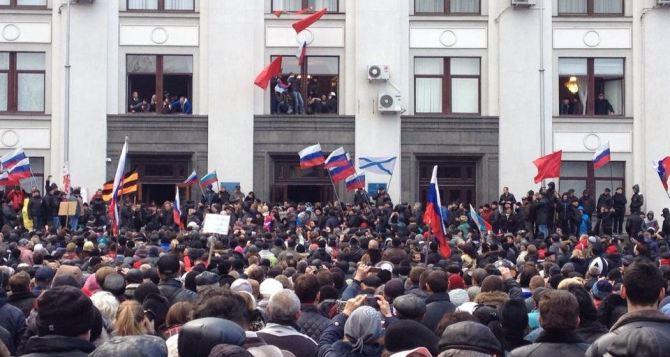 В Луганске милиция перешла на сторону народа, но есть угроза разгона мирных демонстрантов военными,— заявление протестующих