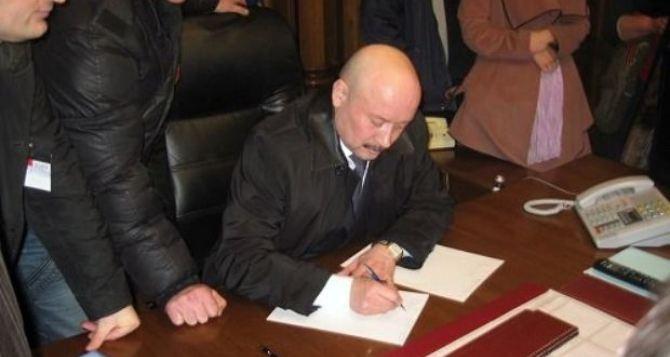 Луганский губернатор, которого вчера протестующие отправили в отставку, заявил что продолжает исполнять свои обязанности