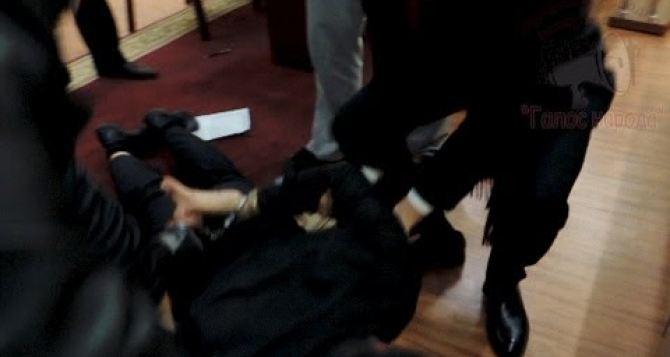 Ляшко с помощью боевиков заковал Клинчаева в наручники и учинил самосуд (видео)