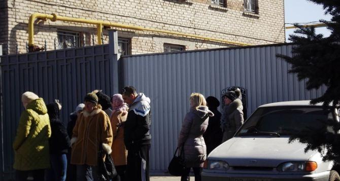 В Луганске женщины заблокировали «Беркут» (фото, видео)