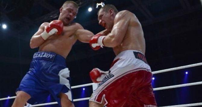 Украинский боксер Глазков победил поляка Адамека