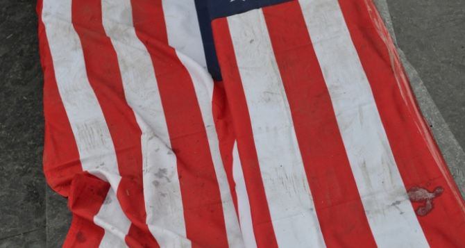 В Луганске растоптали флаг США (фото, видео)