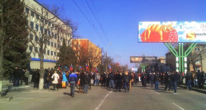 В Луганске взяли штурмом здание СБУ