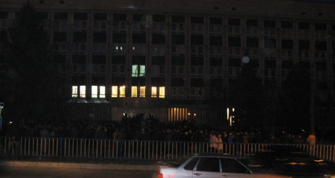 В Луганске к захваченному зданию СБУ подвозят автопокрышки (фото, видео)