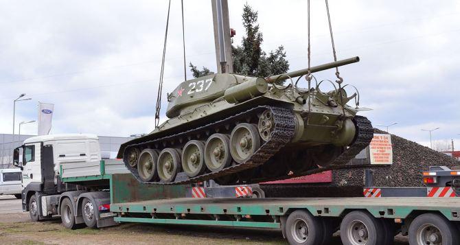 В Луганске танк Т-34 сняли с постамента и готовят ко Дню Победы  (фото)