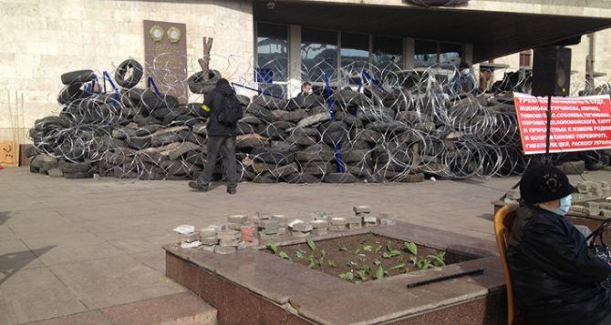 Здание Донецкой облгосадминистрации забаррикадировали шинами и колючей проволокой (фото)