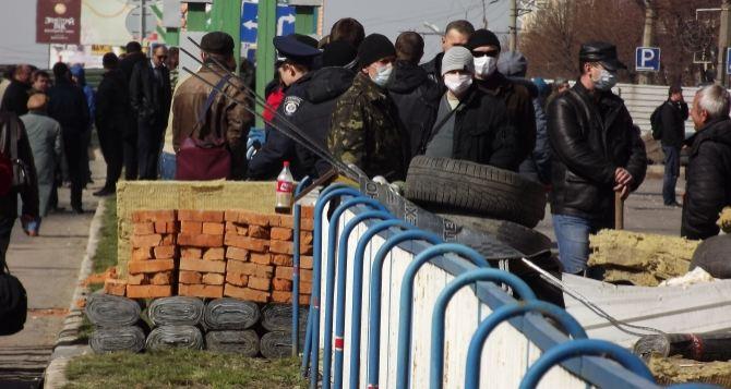 Баррикады возле СБУ в Луганске: что происходит после захвата ведомства? (фото, видео)