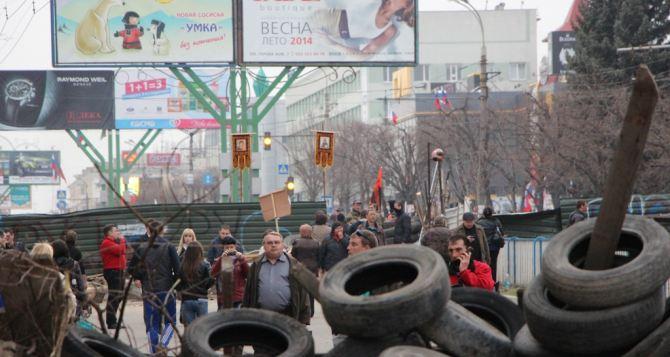 Возле захваченного здания СБУ в Луганске искали бомбу