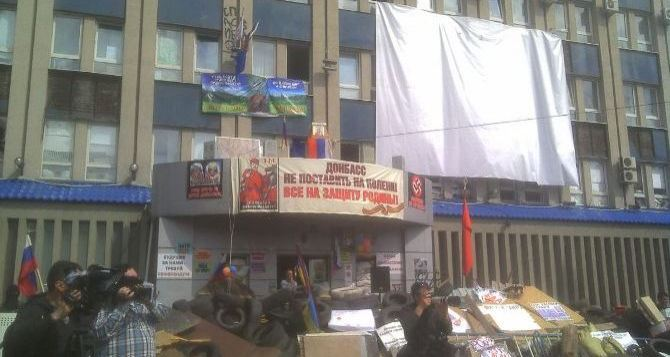 «Народный сход» в Луганске, или Что происходит возле захваченного здания СБУ (фото, видео)