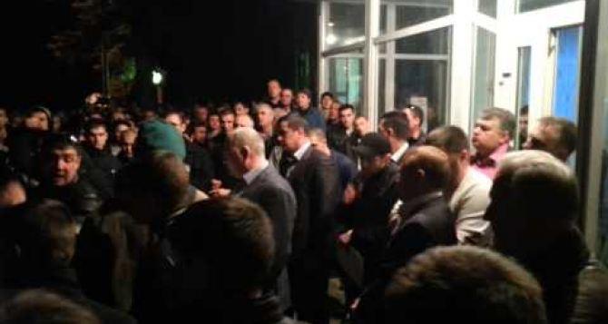 Группа агрессивно настроенных неизвестных пытается сорвать переговорный процесс между администрацией и работниками  ПАО «Краснодонуголь»