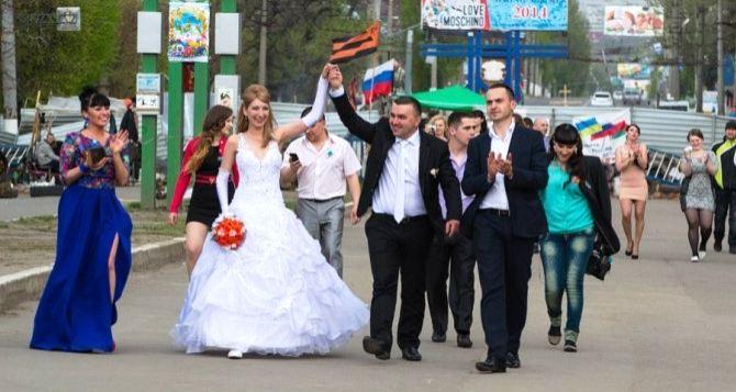 Свадьба на баррикадах возле СБУ в Луганске (видео)