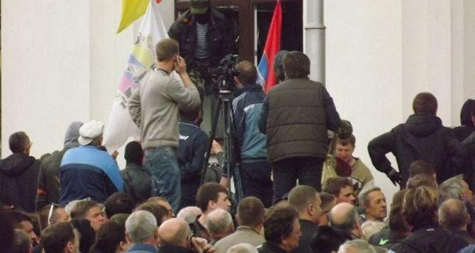 Милиционеры заблокированы во дворе Луганской ОГА. От них требуют сдать оружие