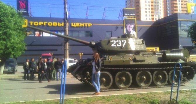 К баррикадам возле СБУ в Луганске подогнали танк (фото)