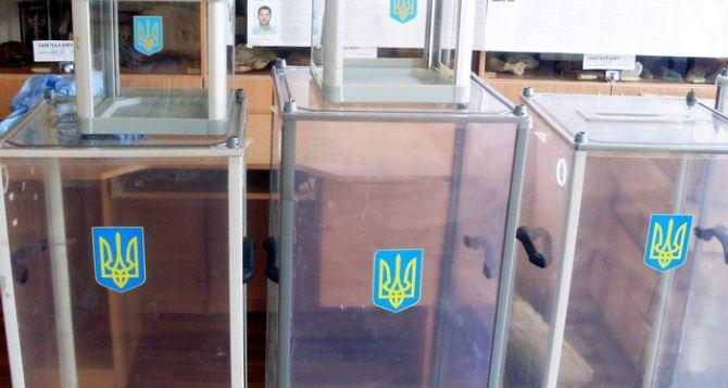 В Харькове мужчина пытался повредить урну для голосования