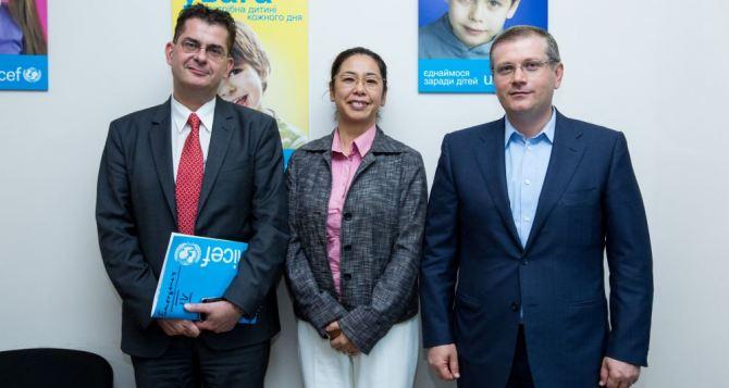 ЮНИСЕФ и фонд Александра Вилкула оказывают помощь переселенцам из зоны АТО
