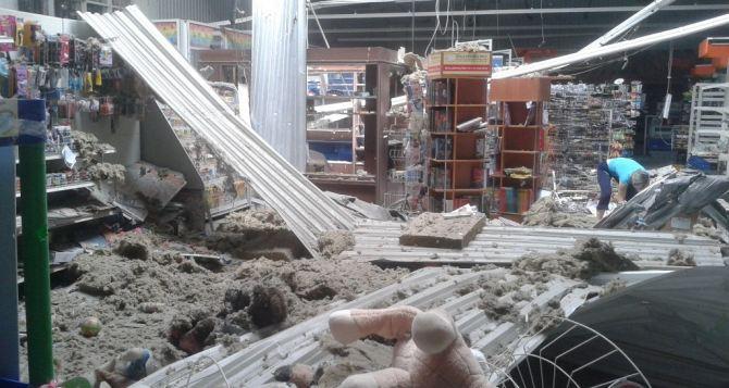 В Луганске снаряд попал в здание супермаркета (фото)