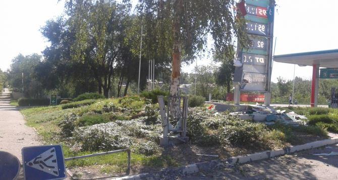 В центре Луганска от обстрела пострадали заправка и жилые дома (фото)