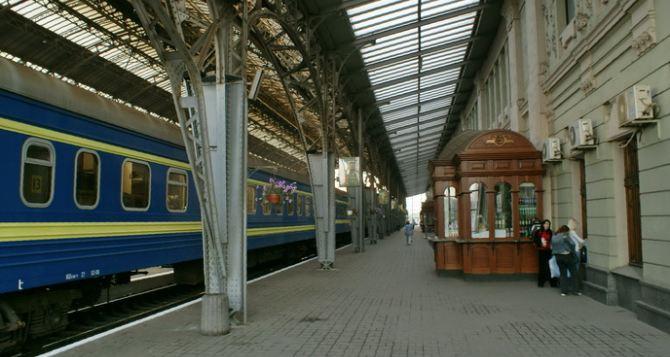 Во Львове на железнодорожном вокзале пассажиры из Донбасса проходят проверку через фильтрационный центр. —СМИ