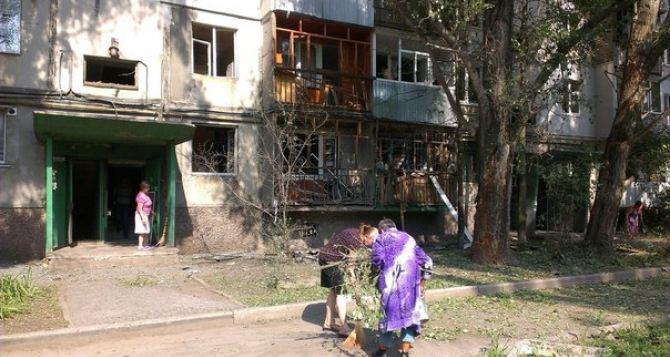 В результате обстрела в Луганске пострадала многоэтажка в восточных кварталах (фото)