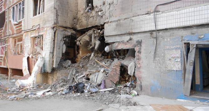 В Луганске снаряд попал в жилой дом. Одна квартира полностью разрушена (фото)