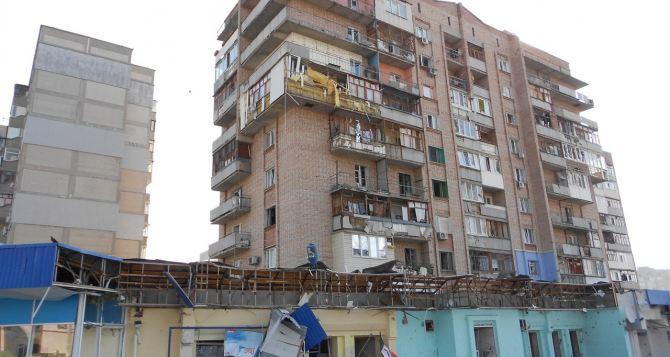Последствия попадания снаряда в квартал Ольховский в Луганске (фото)
