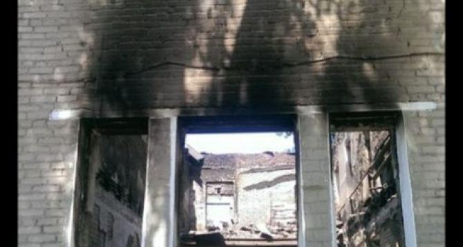 Была школа и нет школы. —В Лутугино под обстрел попала гимназия (фото)