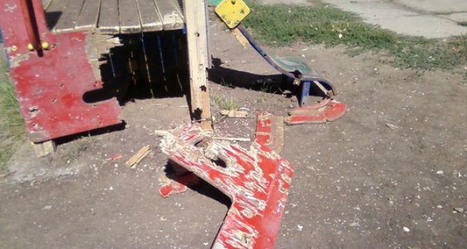 В Луганске под обстрел попали детский сад и площадка (фото)