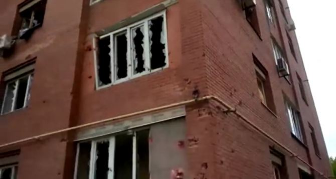 В Донецке под обстрел попала улица Листопрокатчиков: последствия (видео)