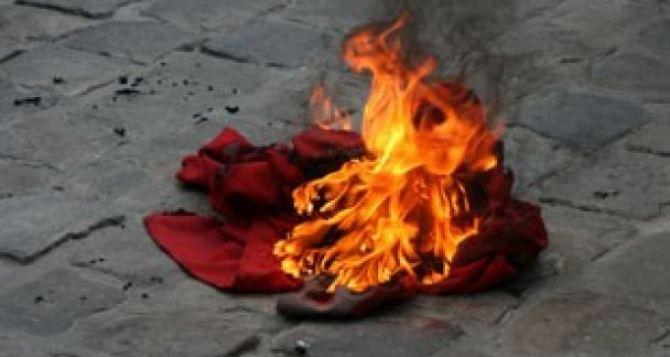 В Харькове спалили символику Коммунистической партии