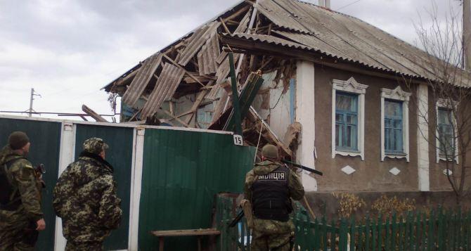 Последствия артиллерийского обстрела села в Луганской области +
