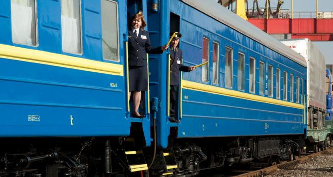 Из-за боевых действий в области, поезд «Луганск — Киев» никуда не выехал. — Местные жители